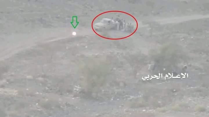 شاهد بالصورة: صاروخ موجّه ينقضُّ على عدد كبير من المرتزقة وآليتهم العسكرية في صرواح مأرب
