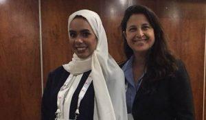 شاهد صورة لممثلة الكيان الإسرائيلي والإمارات في مؤتمر دولي تثير جدلاً